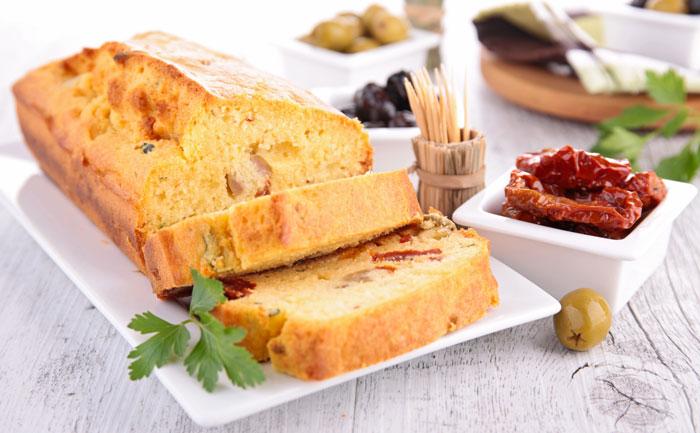Cake au poulet, tomates séchées et olives