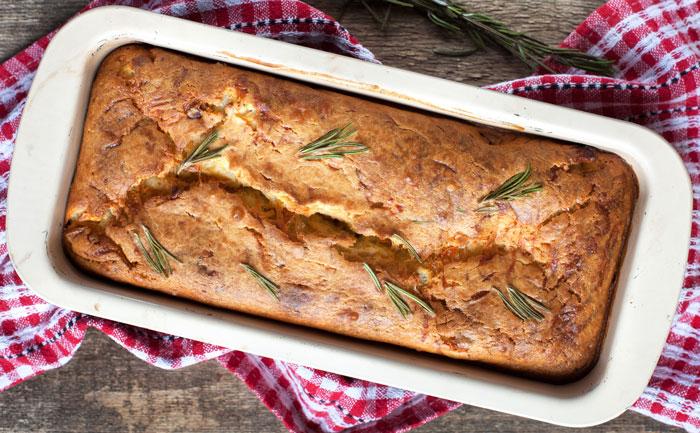 Cake aux légumes et fromage de chèvre, salade verte