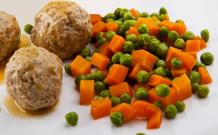 Boulettes de viande aux petits pois-carottes