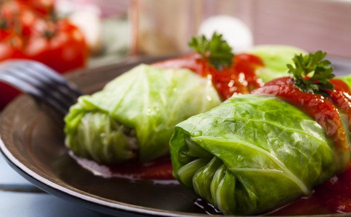 Choux farcis végétariens à la sauce tomate