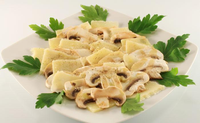 Carpaccio de cèpes au parmesan et noisettes