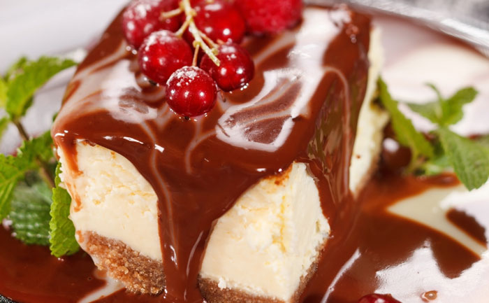 Cheesecake coulis de chocolat et fruits rouges