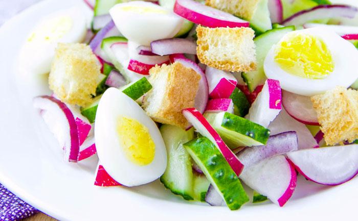 Salade de concombre, radis, oeufs de caille et tartines