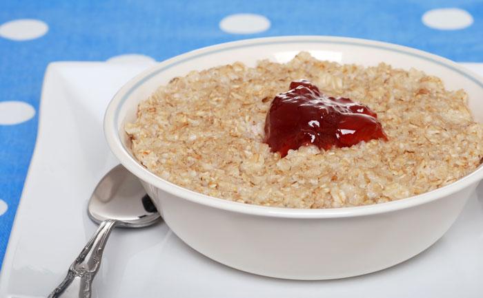 Porridge crémeux à la confiture de fraises