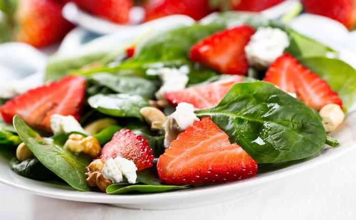 Salade pousses épinards, chèvre et fraises