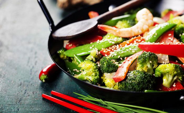 Crevettes sautées et légumes au wok