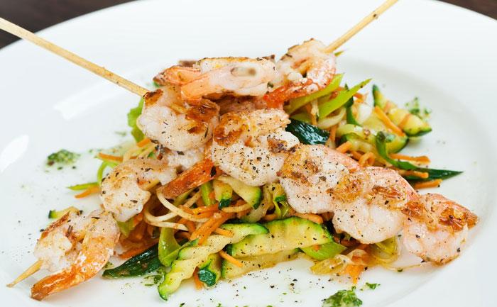 Brochettes de crevettes sautées et légumes au wok