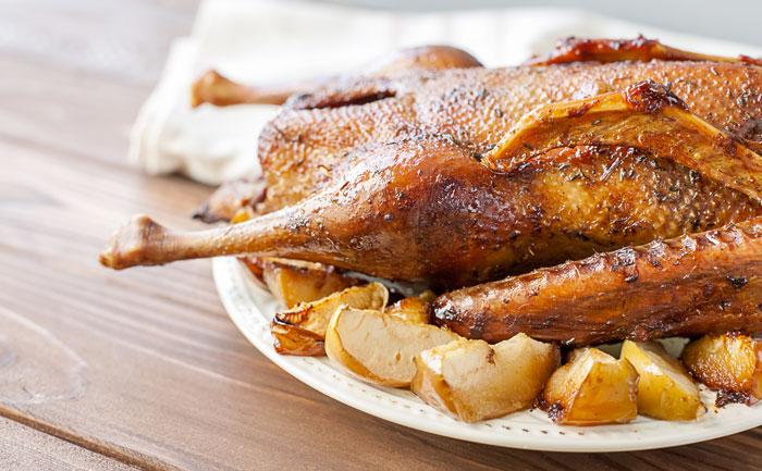 Canard rôti aux pommes, au cidre et au calvados