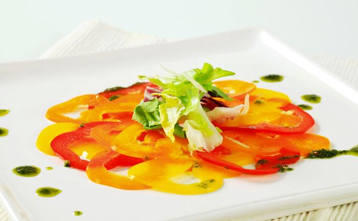 Carpaccio de poivrons doux au vinaigre balsamique, basilic et Pecorino.