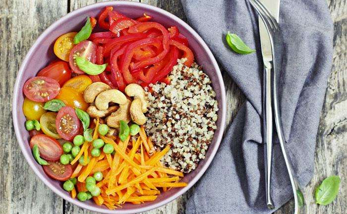 Buddha bowl au quinoa et aux légumes crus