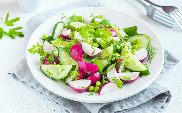 Salade de concombre, radis et petits pois