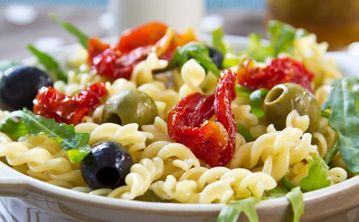 Salade de pâtes aux tomates séchées, olives et roquette