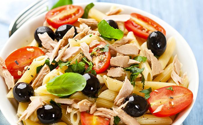 Salade de pâtes, tomates, olives et thon