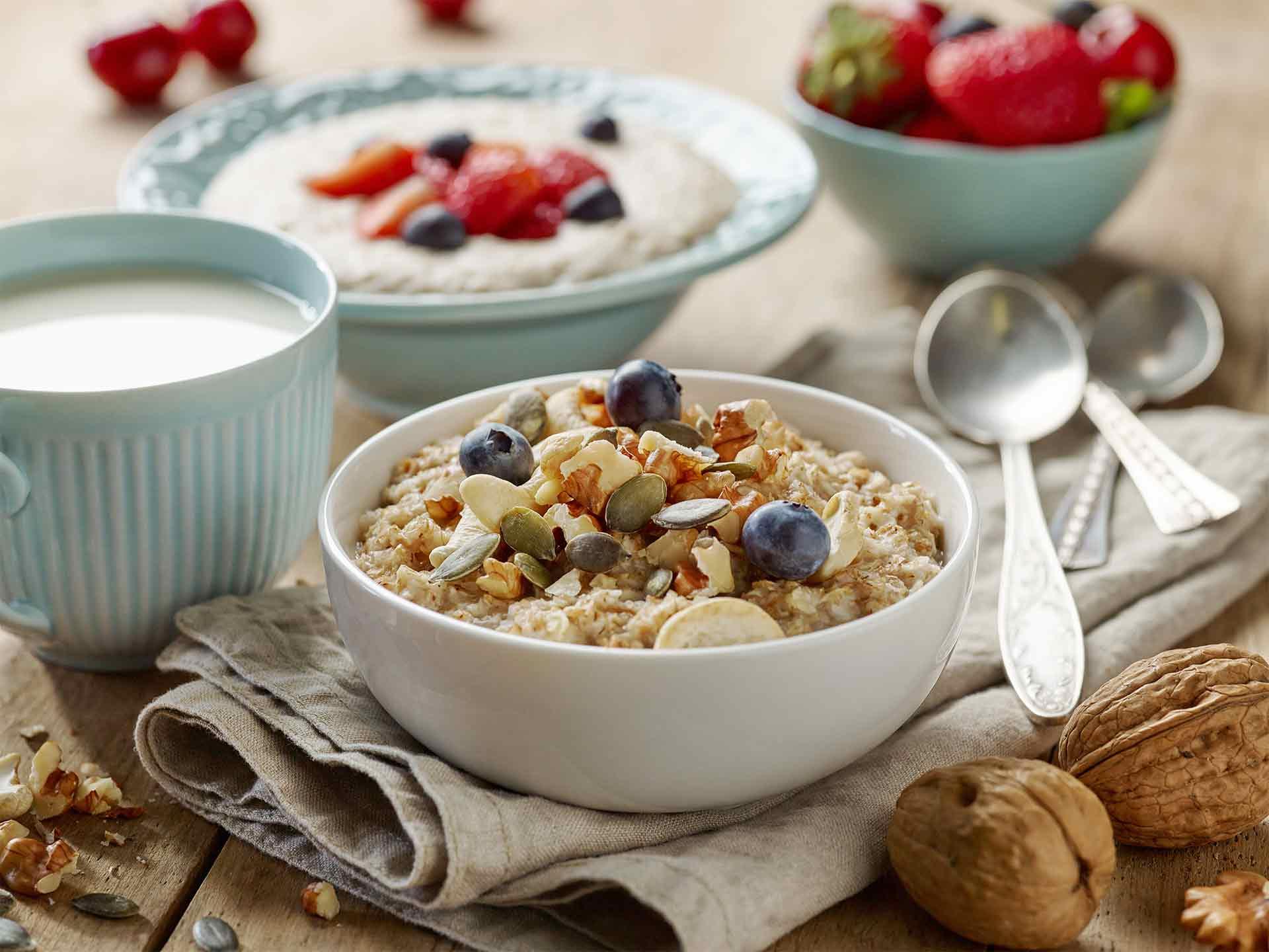 Porridge banane, flocons d'avoine, myrtilles et boisson chaude