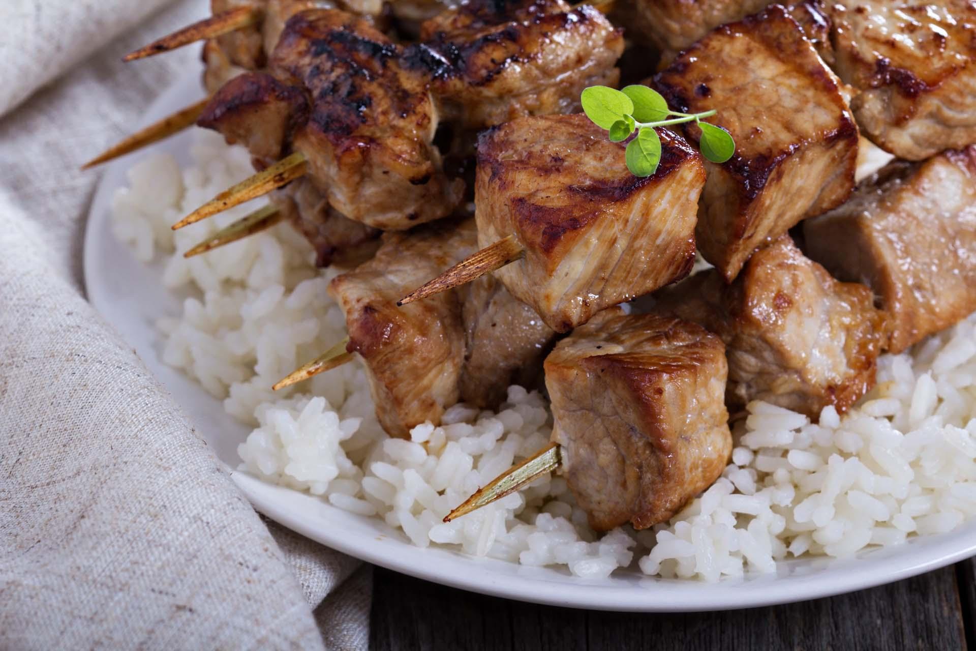 Brochette de porc grillée et son riz blanc